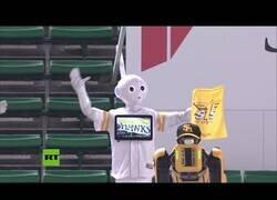 Enlace a Robots animan a un equipo de beisbol ante la falta de público en las gradas