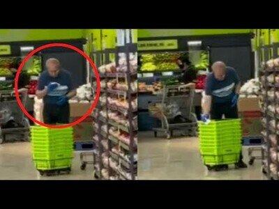 Lamentable: Trabajador de un supermercado limpia los carritos de la compra con saliva
