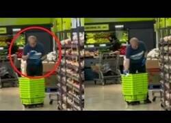 Enlace a Lamentable: Trabajador de un supermercado limpia los carritos de la compra con saliva
