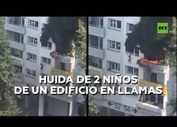 Enlace a 2 niños saltan de un edificio en llamas y salen ilesos