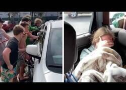 Enlace a Un padre pide a unos chicos que laven su ventanilla para avergonzar a su hija