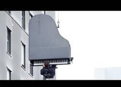 Enlace a Ofrece un concierto de piano colgado desde de 40 metros