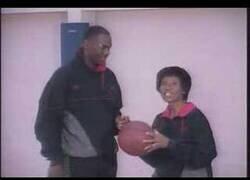 Enlace a El día que Michael Jordan presentó a su madre en sociedad