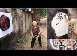 Enlace a El Increíble arte de esta anciana pintando sobre un mural