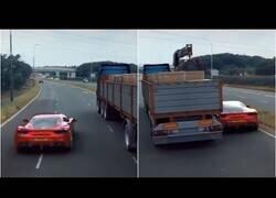 Enlace a Increíble automóvil ejecuta una arriesgada maniobra para pasar por debajo de un camión