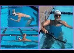 Enlace a La nadadora Katie Ledecky cruza una piscina con un vaso con leche en la cabeza