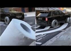 Enlace a Un coche cambia sus ruedas por papel higiénico