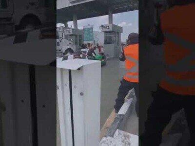 El karma actuando sobre unos hombres que intentaron saltarse el peaje sin matrícula