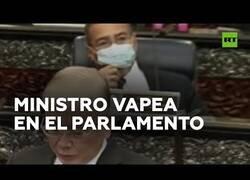 Enlace a Ministro se pone a vapear en pleno parlamento en Malasia
