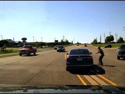 Un hombre se cuela en un coche en marcha para salvar al conductor, que le había dado un ataque