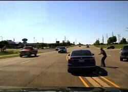 Enlace a Un hombre se cuela en un coche en marcha para salvar al conductor, que le había dado un ataque