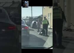 Enlace a Policía realiza barrido a una persona y utiliza la taser con otra