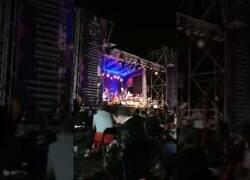 Enlace a El humillante trato del cantante Loquillo a uno de los vigilantes de seguridad de su concierto