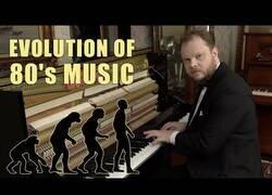 Enlace a Éxitos de los 80 tocados a piano que te llevarán a la nostalgia