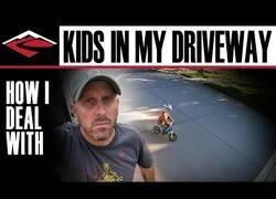 Enlace a Este padre se las ingenia de la mejor forma posible para que su hijo se divierta con la bici sin salir casi de casa
