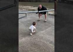 Enlace a Esta niña tiene el máximo cuidado posible para pasar por debajo de una barrera