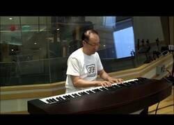 Enlace a El compositor original de Super Mario Bros interpreta los temas en un piano