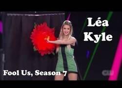 Enlace a Los increíbles cambios de ropa de Léa Kyle en este brutal show de magia