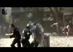 Enlace a Lluvia de piedras hacia un pelotón de policías antidisturbios