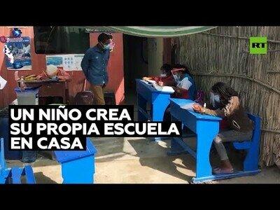 Un niño convierte su casa en una escuela durante la pandemia