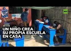 Enlace a Un niño convierte su casa en una escuela durante la pandemia