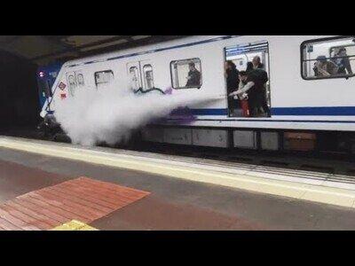 Rocían con un extintor a unos graffiteros en el metro de Madrid