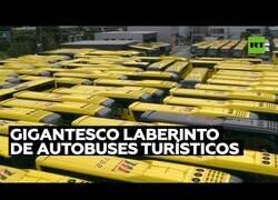 Enlace a Crean un laberinto gigante con autobuses turísticos