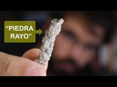 La piedra que forma rayos al caer sobre la arena