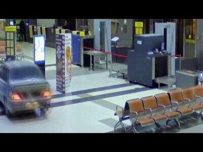 Un coche se cuela en un aeropuerto de Rusia