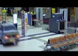Enlace a Un coche se cuela en un aeropuerto de Rusia