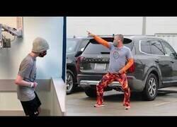 Enlace a Un padre baila en el parking de un hospital para su hijo que sufre de cáncer
