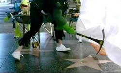 Enlace a Un hombre disfrazado de Hulk destroza la estrella de Donald Trump en el paseo de la fama de Hollywood