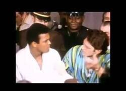 Enlace a Muhammad Ali intentando asustar a Ringo Bonavena con nulo éxito y siendo vacilado [2:30]