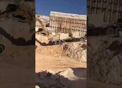 Enlace a Una excavadora evita un accidente al parar un camión que caía sin control por una rampa