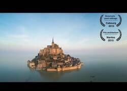 Enlace a El Monte Saint Michel a vista de dron, con marea alta y marea baj