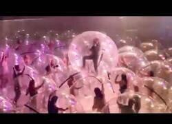 Enlace a Los asistentes a un concierto de The Flaming Lips acuden en burbujas de plástico