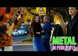Enlace a La reacción de la gente al tocar Metal en plena calle