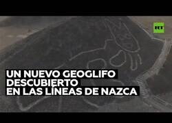 Enlace a Aparece un gato gigante dibujado en la ladera de una colina en Perú