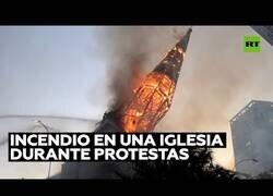 Enlace a El impactante derrumbe de una iglesia en llamas durante las protestas en Santiago de Chile