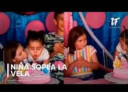 Enlace a El Viral del momento: Niña sopla la vela del cumpleaños de otra niña