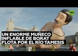 Enlace a Un muñeco inflable de Borat se pasea por el río Tamesis