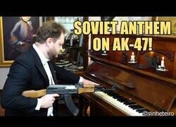 Enlace a Tocando el himno de Rusia con una AK-47