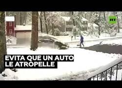 Enlace a Un hombre evita ser atropellado por milímetros mientras limpiaba su calle de nieve