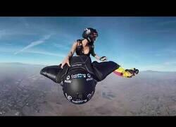Enlace a Visión 360 de un salto a lomos de un paracaidista