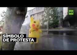 Enlace a La policía arremete contra manifestante disfrazada de Pikachu
