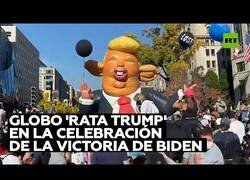 Enlace a Un globo gigante de 'Trump Rata' aparece en la celebración de la victoria de Biden
