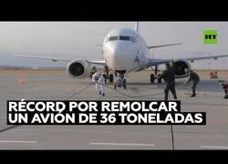 Enlace a Un hombre bate un record al remolcar un avión de 36 toneladas