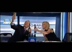 Enlace a Presentador de las noticias de la Fox cae de su silla al hacerse un selfie