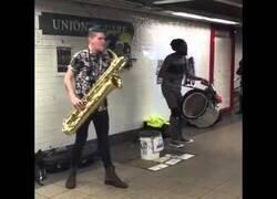 Enlace a El saxofonista más guay que verás hoy
