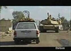 Enlace a Un tanque pasa por encima de un coche